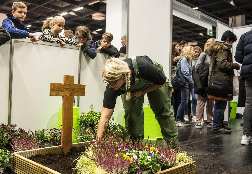 Eine Frau pflanzt eine Grabstelle auf der Messe Berufe live Rheinland